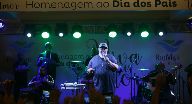 Jorge Aragão emociona o público em homenagem ao Dia dos Pais no RioMar