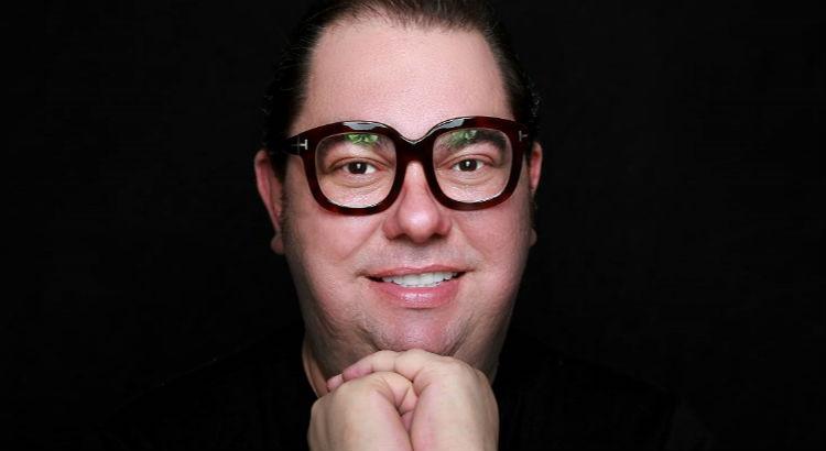 Jr Mendes lança kit da MAC e dá dicas de make em curso