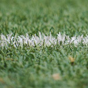 Duelos emocionantes de futebol marcam este sábado