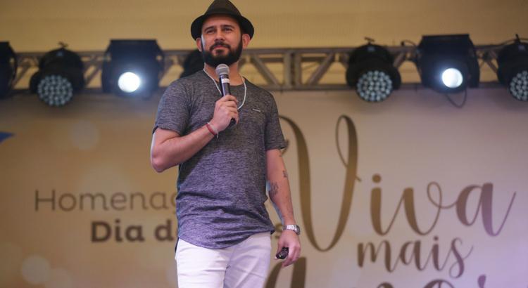 Bráulio Bessa presenteia público com emoção em homenagem ao Dia dos Pais