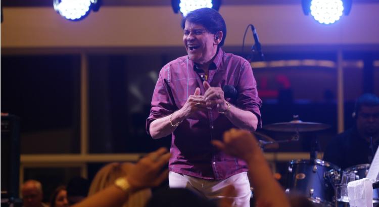 Carisma e sinergia com os fãs no show de Adilson Ramos