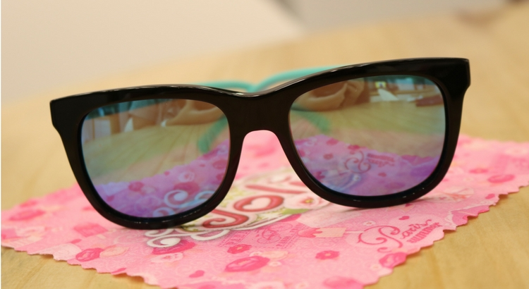 O modelo masculino da marca Polaroid tem a lente polarizada e custa R  252.  Todos os óculos possuem proteção 100% UVA UVB. 1ef04cfd10
