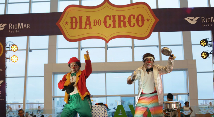 Dia do Circo é comemorado no RioMar com palhaçadas e mágica