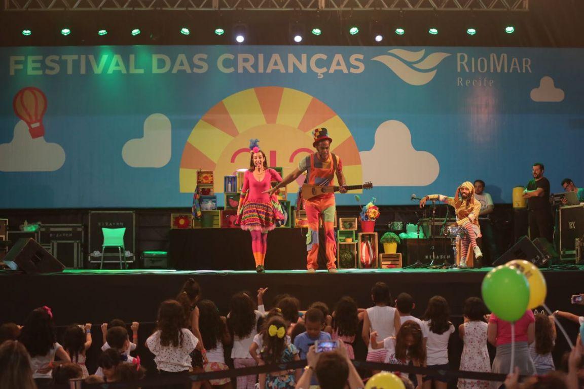 Jacarélvis e Grandes Pequeninos animam as crianças com muitas brincadeiras e mensagens educativas