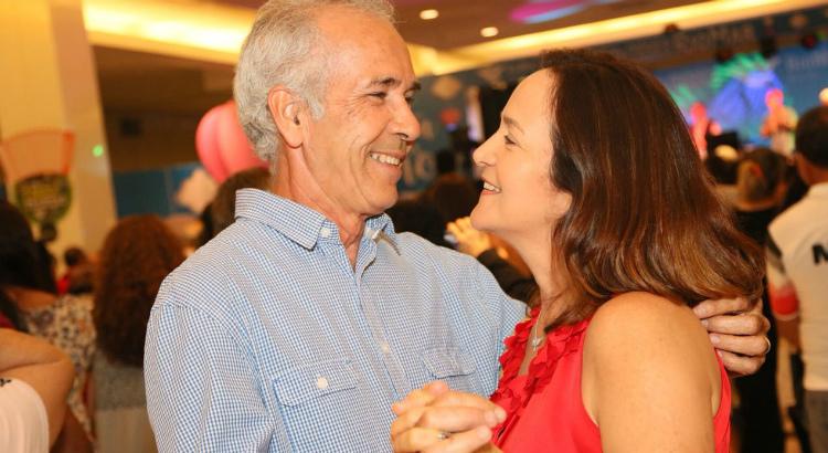 Casais dançando juntinhos em show do Túnel do Tempo