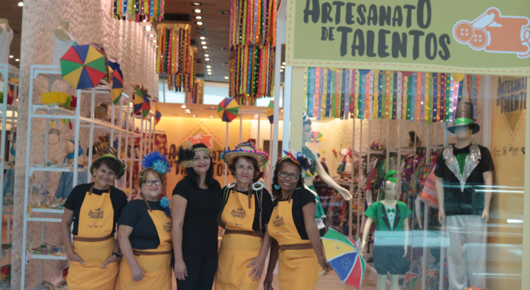 Adereços carnavalescos tomam conta da loja Artesanato de Talento