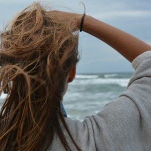 O cabelo está ressecado com os efeitos do sol? Veja como tratar