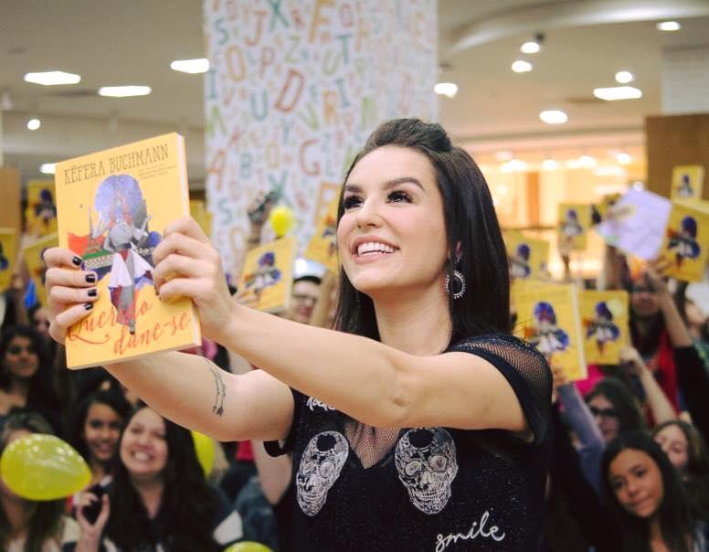 """Kéfera lança livro """"Querido Dane-se"""" na Livraria Saraiva"""