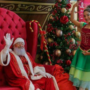 Papai Noel encanta crianças e adultos dentro de uma caixinha de música