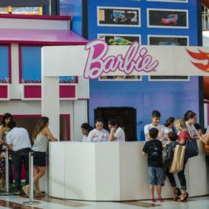 Muitas brincadeiras nas Aventuras Hot Wheels e Barbie