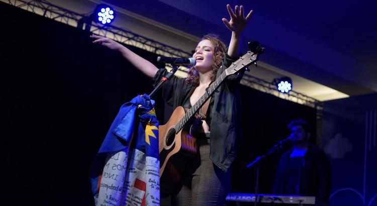 Carol Biazin emociona público na primeira noite do Amor e Música