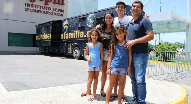 Conheça a família que viaja o mundo a bordo de um ônibus