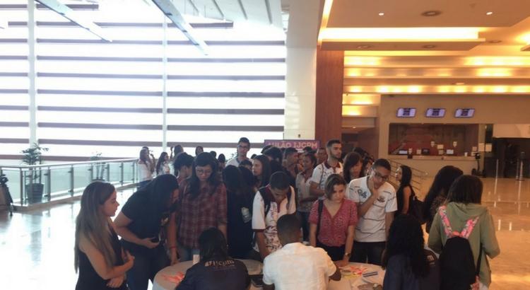 Jovens lotam o Teatro RioMar em aulão para o Enem do Instituto JCPM