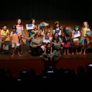 Crianças encerram minicurso de teatro no palco