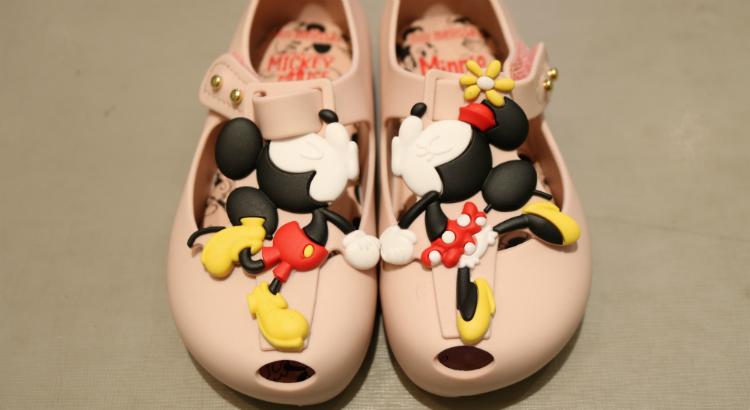 O cheirinho irresistível da Melissa nos pés das pequenas