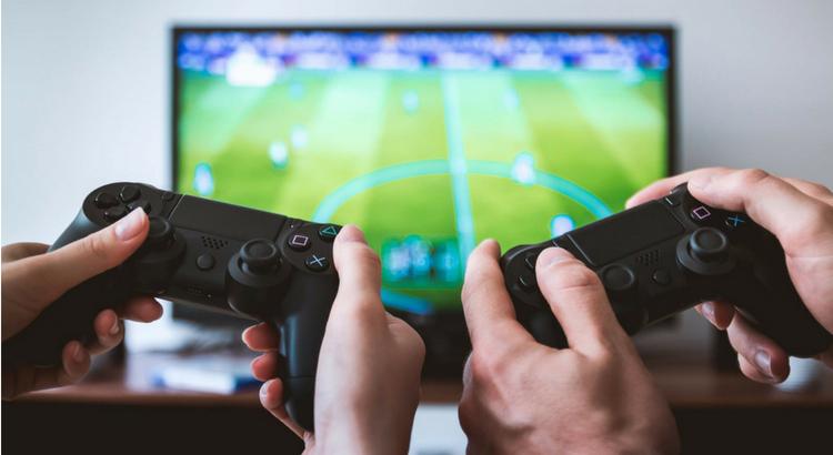 Namorados gamers aproveitam a diversão juntos