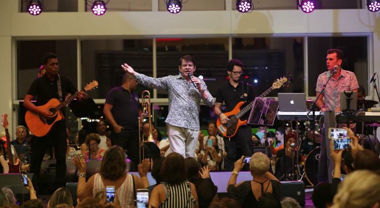 Adilson Ramos celebra o Dia do Consumidor com show gratuito