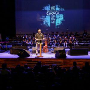 Cristãos celebram a graça no primeiro Encontro de Fé, no Teatro RioMar