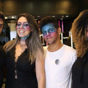 Foco de maquiagem dá dicas na MAC do RioMar