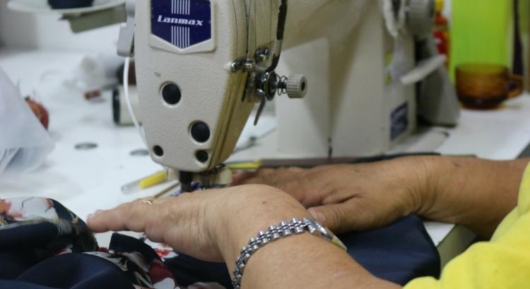 Serviços de costura personalizam as roupas para o Carnaval