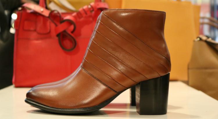c744b1790 Descontos progressivos na compra de calçados e bolsas: 1 par 30% , 2 com  40% e três 50%. As bolsas variam até 30%.