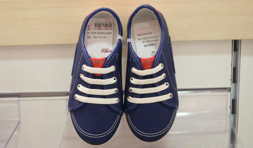 3c5908e7b Sapatênis azul marinho por R$ 99,99, tênis branco por R$ 89,99, sandália  com fivela R$ 79,99 e sandália da moranguinho R$ 44,99.