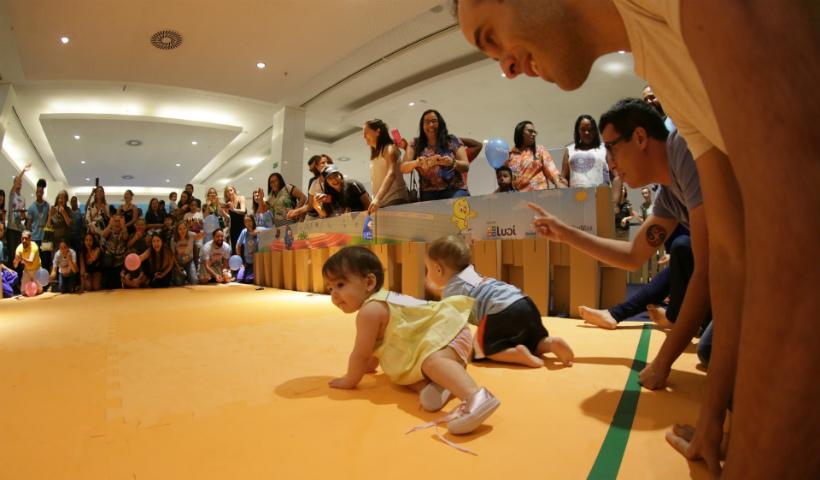 Papais se divertem com os filhos na Corrida Baby da Galinha Pintadinha