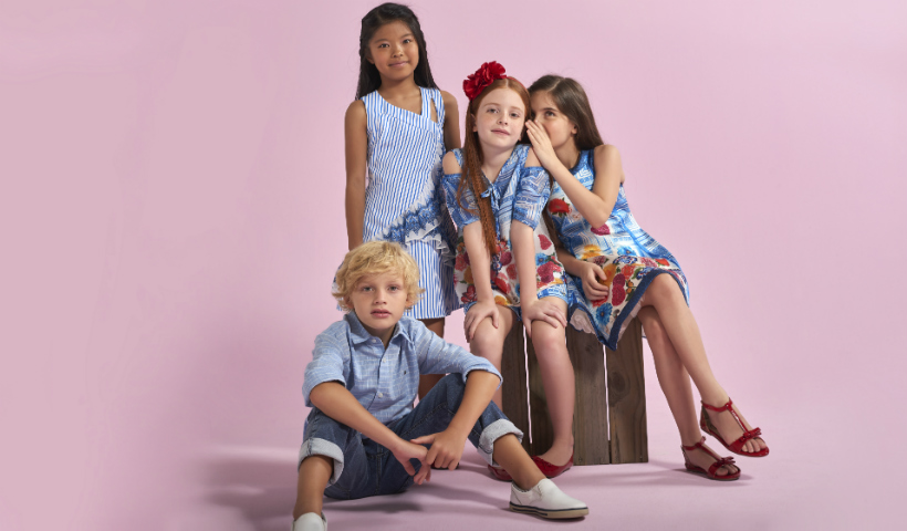 Cores e estampas da moda infantil na coleção de verão da 1+1