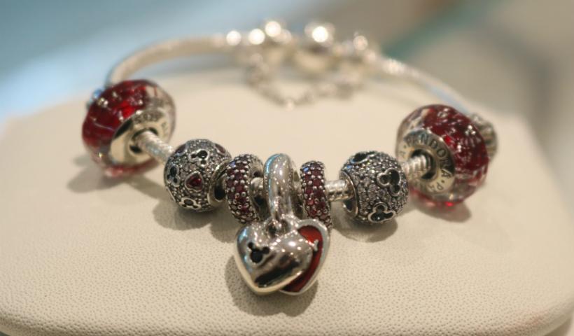 Braceletes com pingentes encantam as meninas