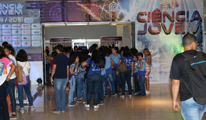 Estudantes trocam conhecimentos durante a 24° edição da feira Ciência Jovem