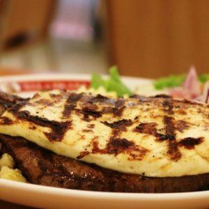 Carne de sol com queijo de coalho impressiona pelo sabor no Sal e Brasa