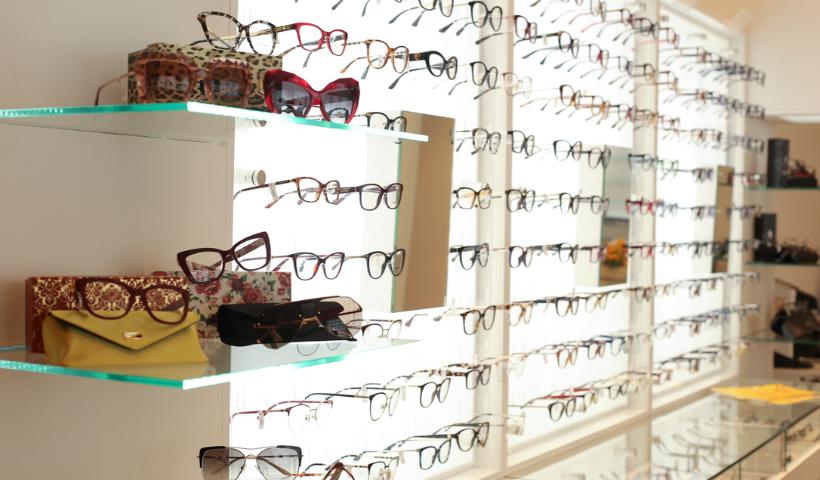 ... entre elas, a Burberry, com revenda exclusiva para a ótica. Além de  óculos, os clientes encontram lentes de contato e oftálmicas a partir de R   130. d8ba57387c
