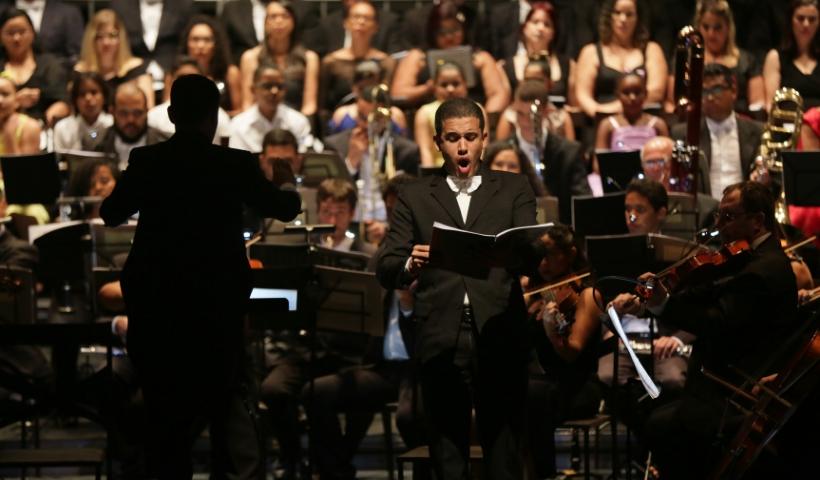Cantata Carmina Burana impressiona o público no Teatro RioMar