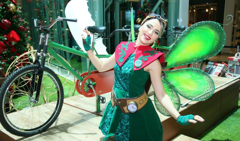 """Elfo """"voa"""" bem alto com os visitantes na bike compartilhada"""