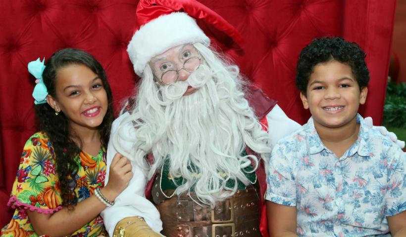 Papai Noel e seus ajudantes esperam os pequenos no Natal do RioMar