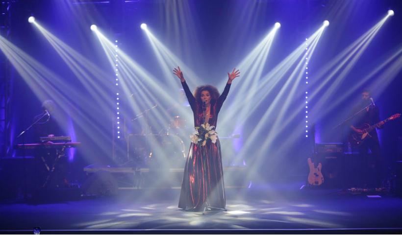 As cores, brilho e voz de Vanessa da Mata energizam público no Teatro RioMar