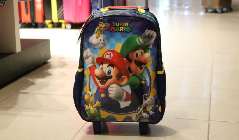 af794e1e2 As mochilas da Lol chegaram e viraram febre entre as meninas. Já os meninos  procuram muito por Pjmaks e Super Mario. Elas são encontradas na loja a  partir ...