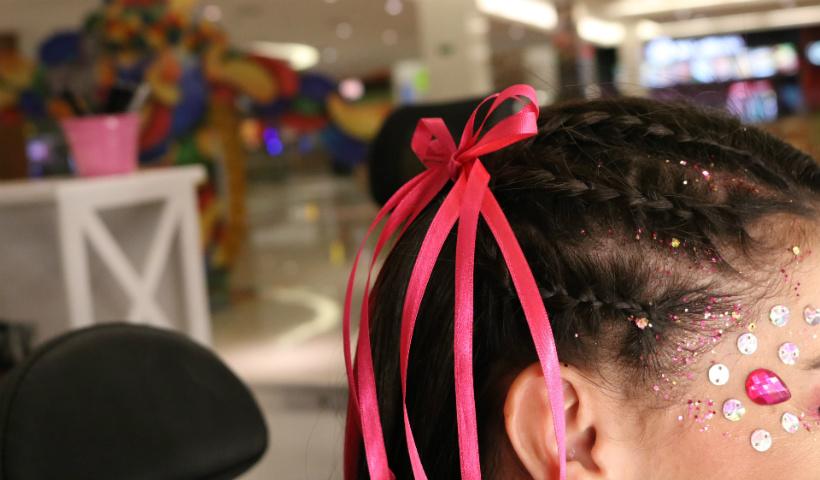 Tranças e fitas coloridas fazem a cabeça neste Carnaval
