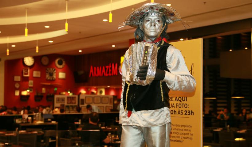 O homem por trás da estátua viva que atua no RioMar