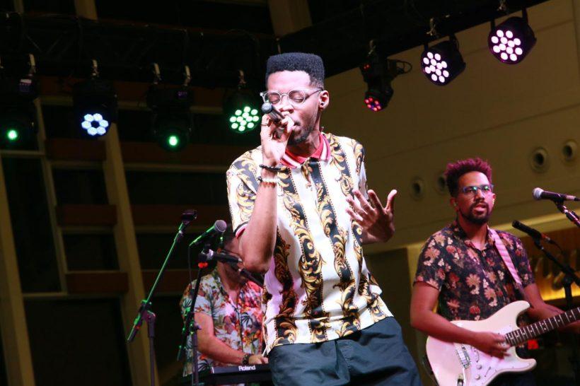 Kevin Ndjana faz show com repertório eclético e dançante