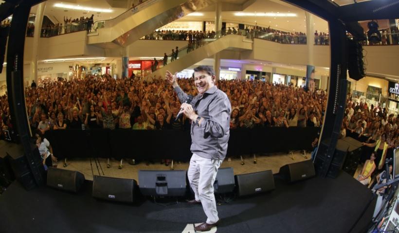 Adilson Ramos celebra o consumidor com show no RioMar