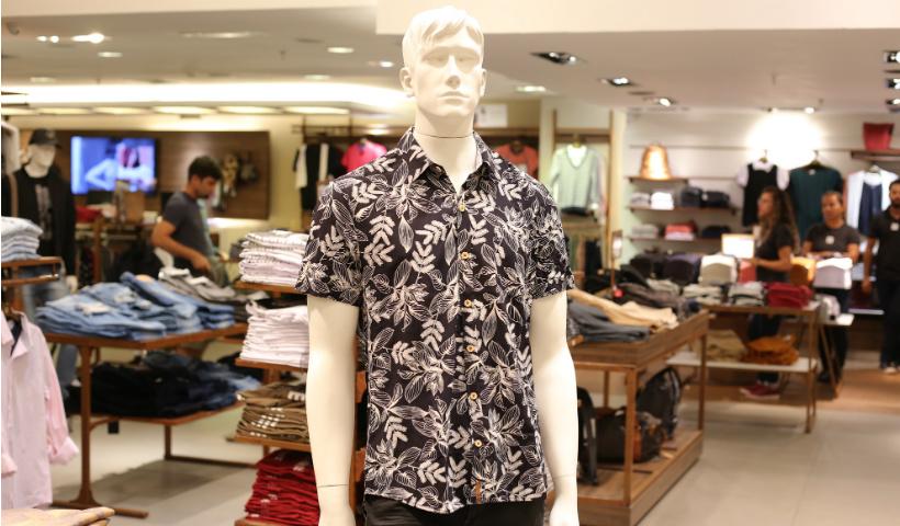 Camisas floridas vestem os homens com a leveza das praias