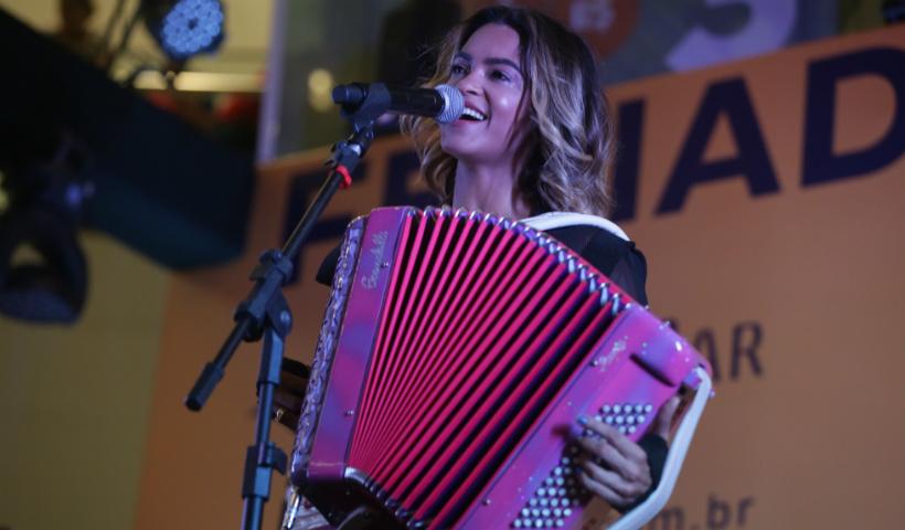 Lucy Alves agita em show para homenagear o Dia do Trabalhador