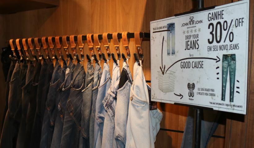 Ação solidária da John John oferece desconto nas calças jeans