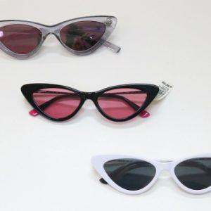 Óculos com estilo retrô e lentes coloridas viram febre