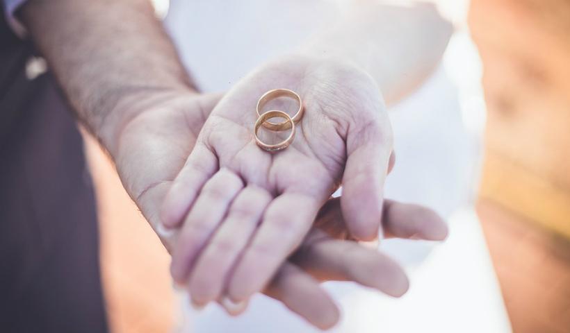 No mês das noivas, diferentes alianças para elas