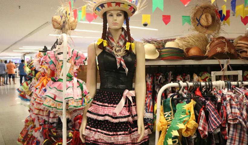 Xadrez, chapéus e vestidos em feirinha junina