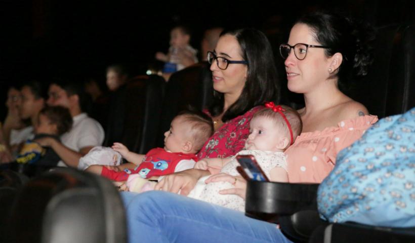Cinematerna: conforto e lazer para as mamães, os papais e os bebês