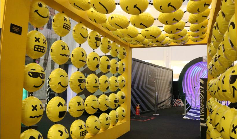 Ambiente com emojis faz sucesso no Sensations