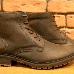 De calça ou bermuda, as botas vestem os homens de estilo